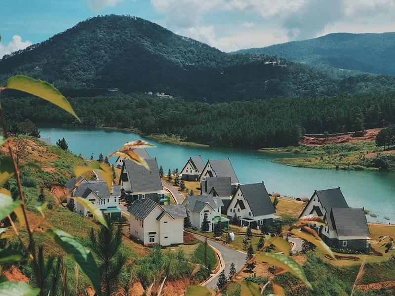 Quang cảnh Đà Lạt với những ngôi biệt thự bên hồ Tuyền Lâm xanh tươi
