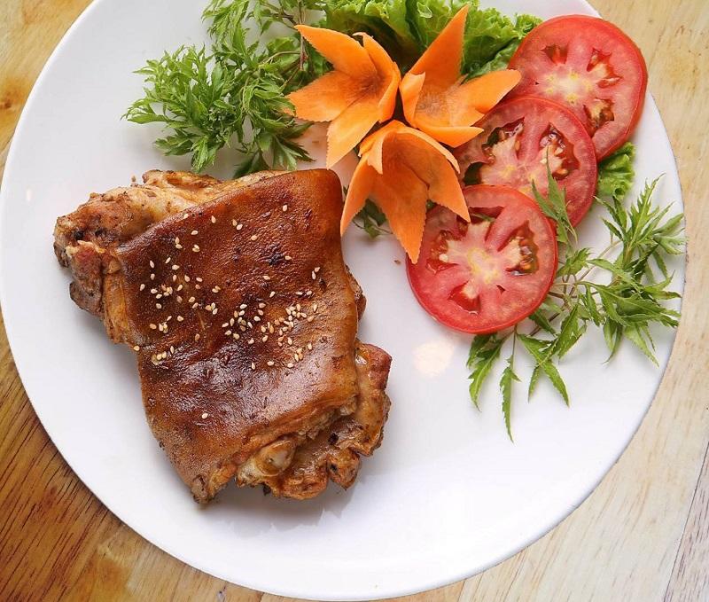 Thịt dê nướng tảng rắc thêm chút vừng rang lên trên bề mặt