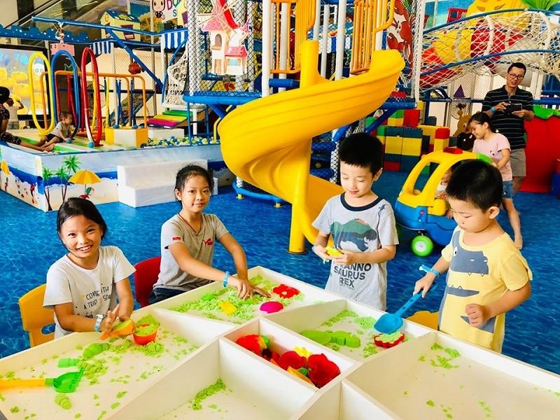 Các em nhỏ đang háo hức tham gia trò chơi tại Domiku Smile