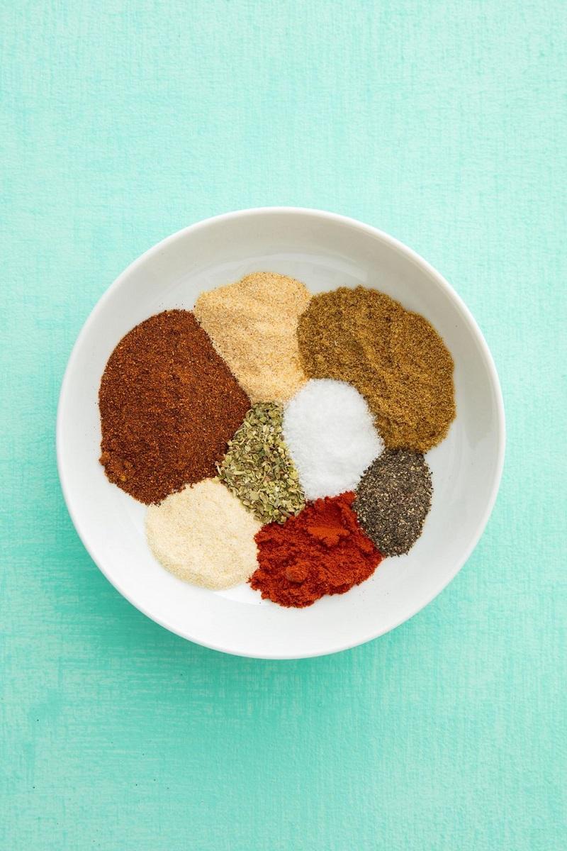 Các loại gia vị cần thiết như hạt tiêu, ớt bột, muối...
