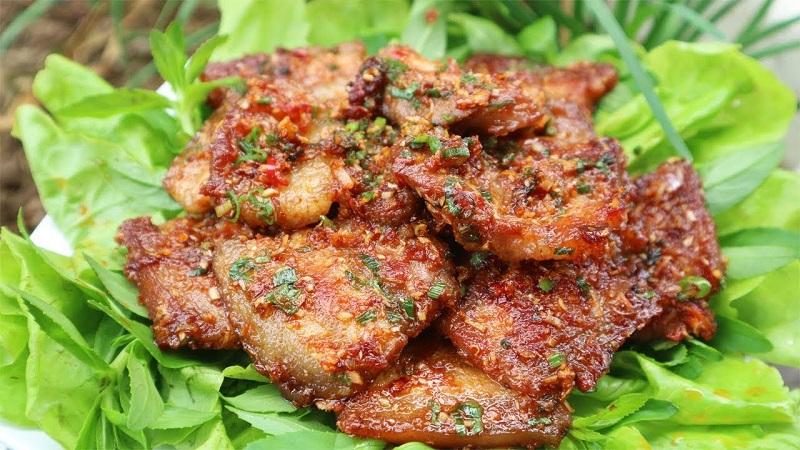 Thịt heo nướng rắc riềng, sả và hành ở bên trên