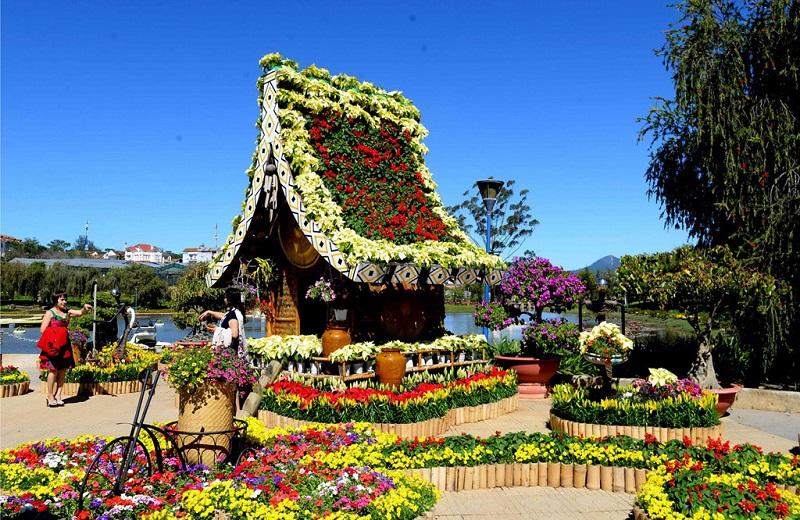 Một không gian vườn với nhiều tiểu cảnh ngập tràn các sắc hoa rực rỡ