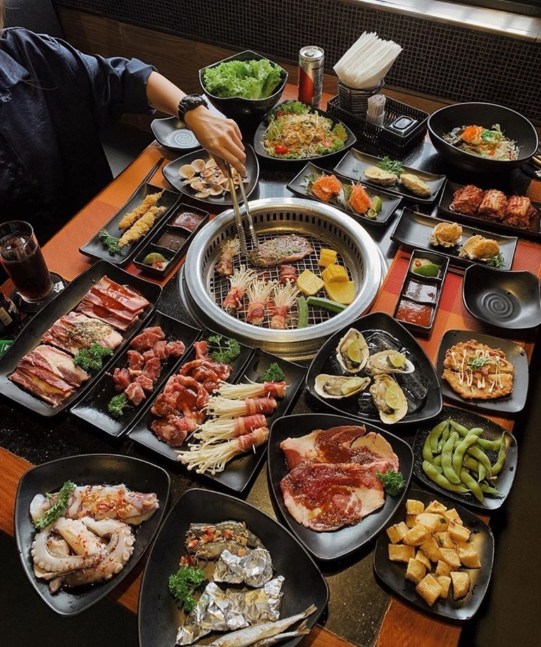 buffet đa dạng các món ăn khác nhau
