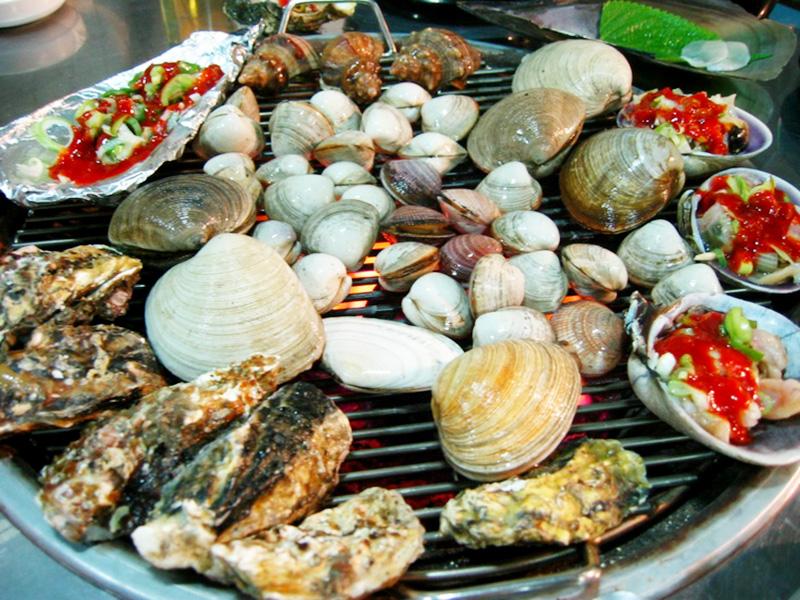 Các món hải sản được đặt trên bếp nướng than hoa