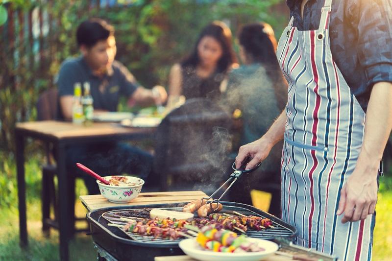 Nướng thịt trên bếp nướng than hoa