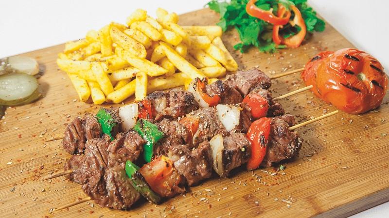 Thịt bò nướng xiên que cùng với ớt Đà Lạt và rau củ quả