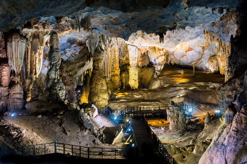 Bên trong hang động Phong Nha Kẻ Bàng với những nhũ thạch hùng vĩ