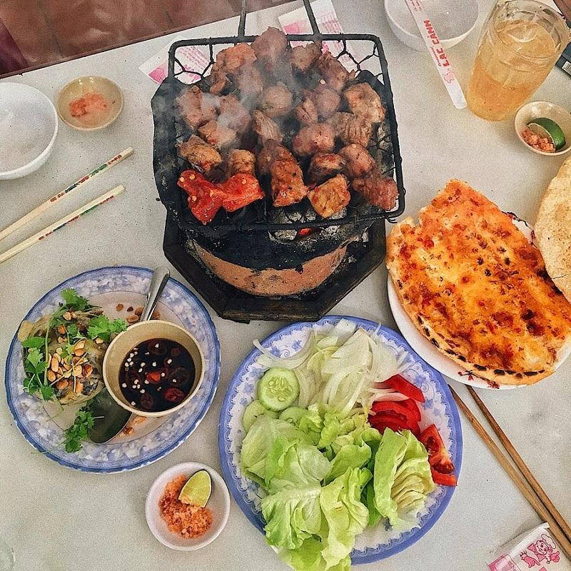 Thịt bò nướng trên bếp than hoa và các món ăn kèm hấp dẫn