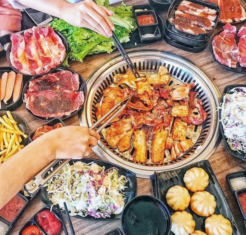 Các món thịt nướng được ướp đẫm sốt và nướng trên bếp không khói