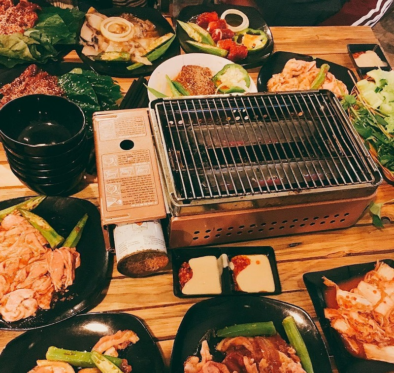 Thịt được nướng trên bếp ga đặc biệt đảm bảo độ chín cần thiết