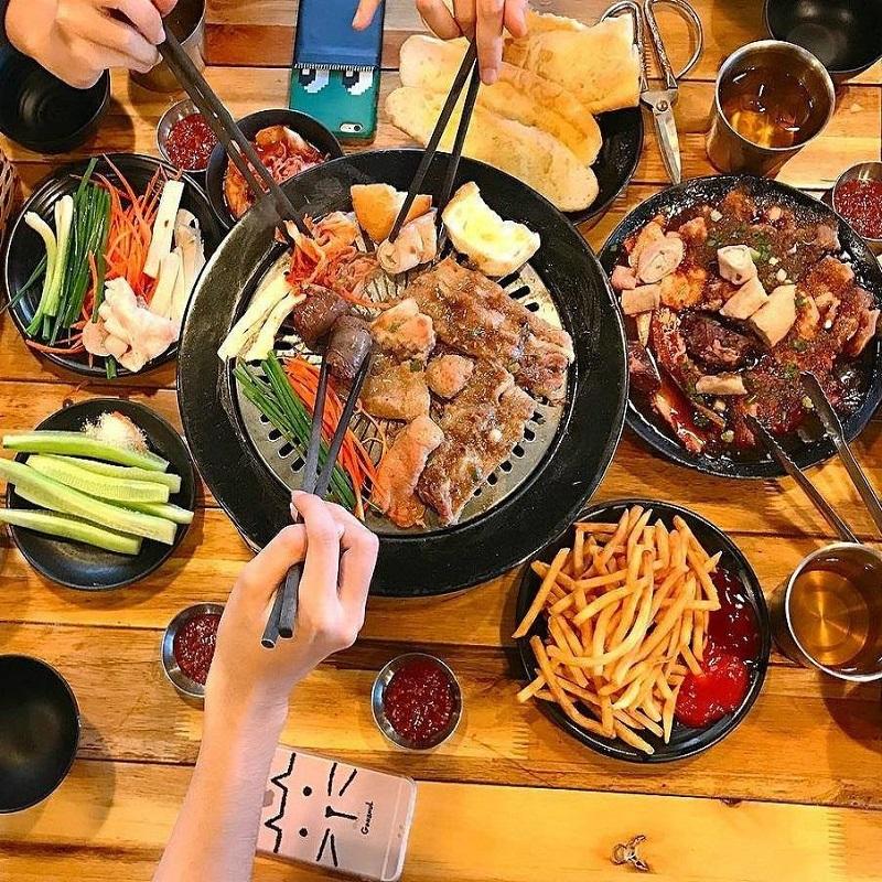 Thịt nướng ăn kèm cùng với kim chi và các loại rau củ