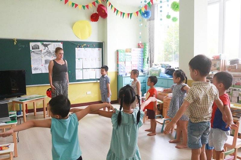 Các bé đang trong giờ học kỹ năng với giáo viên nước ngoài tại khu vui chơi Ready Kids