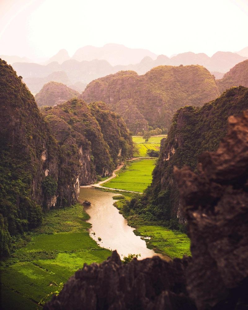 Tam Cốc Bích Động với dòng sông len lỏi qua những dãy núi hùng vĩ