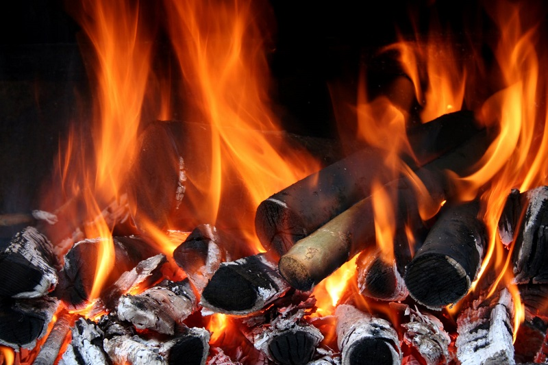 Than củi giúp tạo lửa