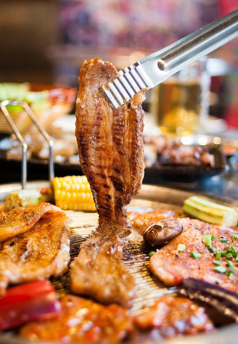 Thịt ba chỉ nướng trên khay hấp dẫn