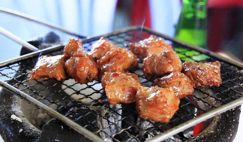 Thịt bò nướng cục trên bếp than hoa