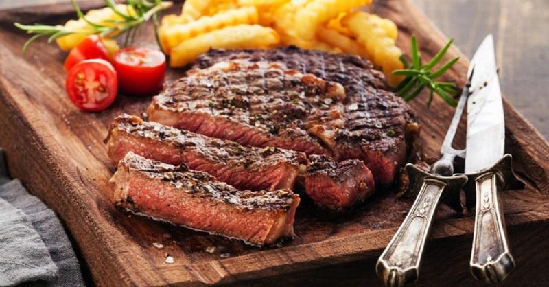 Thịt bò nướng chín tới ăn kèm cùng khoai tây