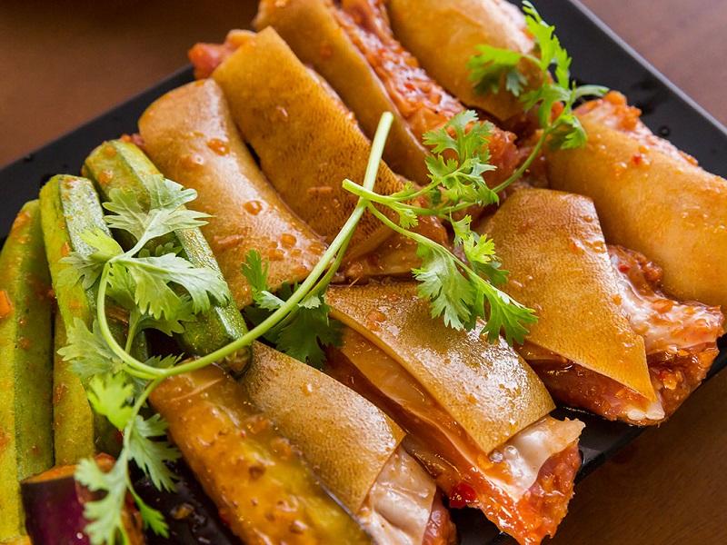 Thịt dê nướng sate ăn kèm với đậu bắp