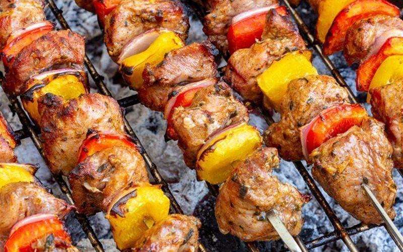 Thịt xiên nướng cùng hành, cà chua, ớt vàng