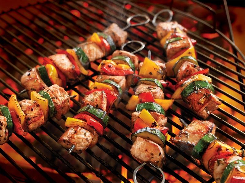 Thịt xiên nướng cùng với nước sốt BBQ