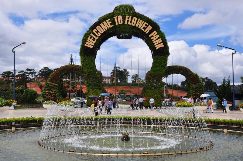 Cổng chào và hồ nước ở vườn hoa thành phố Đà Lạt