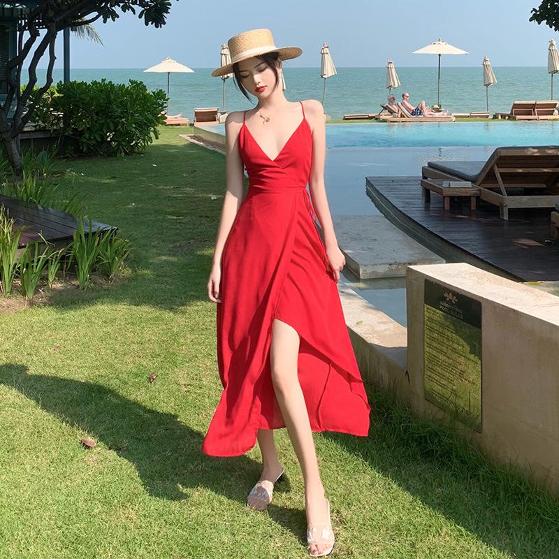 Cô gái mặc váy xẻ tà cao màu đỏ cùng mũ cói