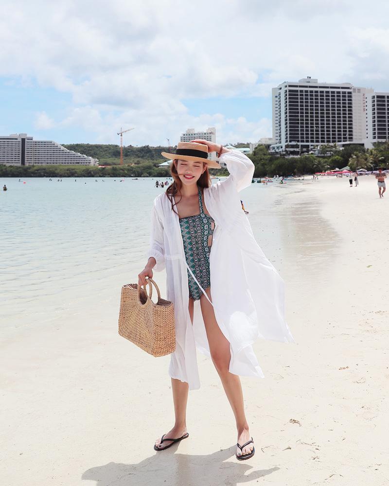 Cô gái tươi tắn trong bộ bikini kết hợp áo khoác kimono, túi cói và mũ đội