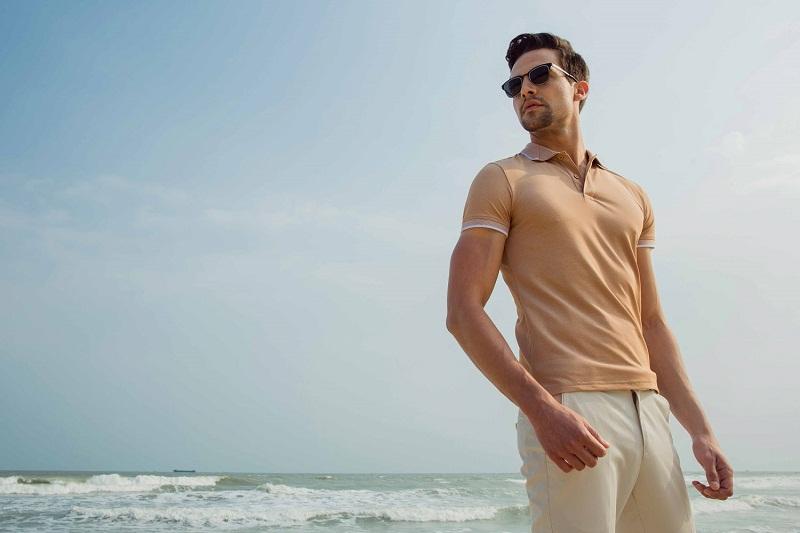 Áo thun polo và quần kaki phù hợp làm trang phục đi biển cho nam