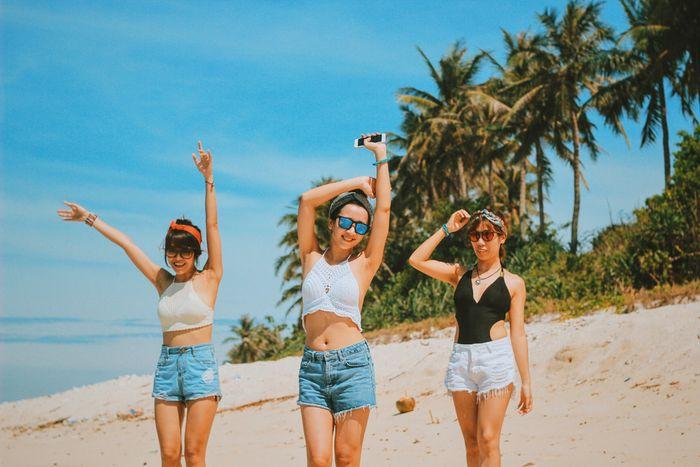 3 bạn gái năng động với áo yếm và quần short khi đi biển
