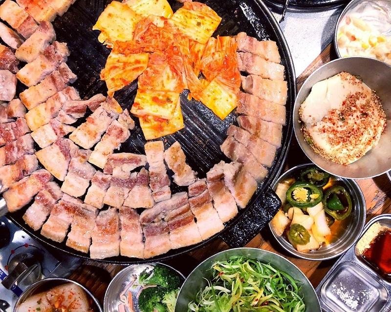 Thịt ba chỉ nướng và các món ăn kèm bày biện trên vỉ