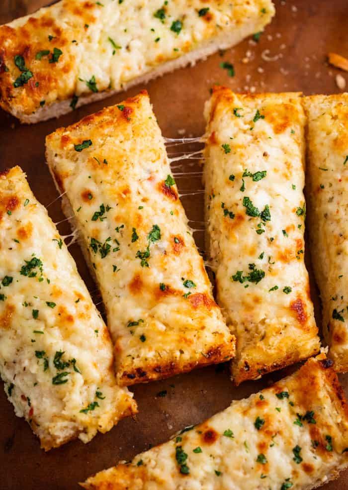 Bánh mì nướng phô mai cắt thành những miếng nhỏ vừa ăn