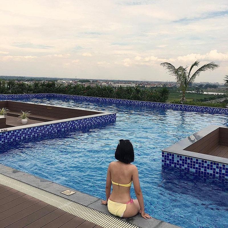 Cô gái mặc bikini chụp ảnh ở bể bơi vô cực Vinhome Riverside