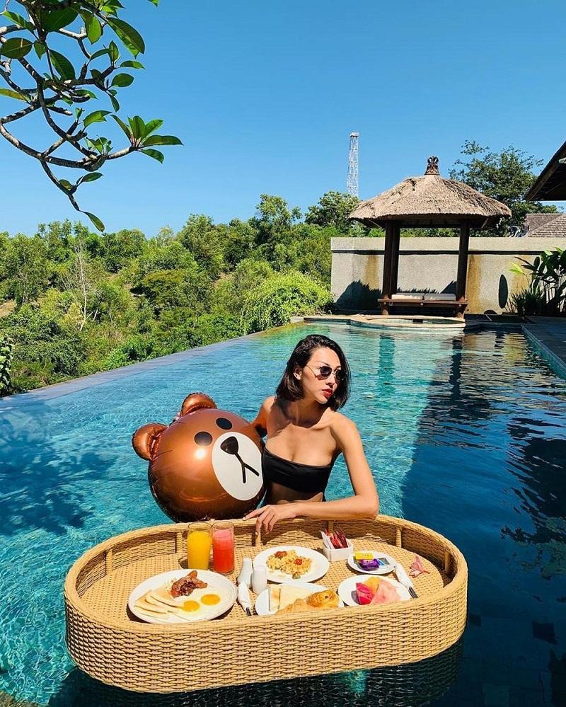 Người mẫu Minh Triệu thưởng thức tiệc nổi trong bể bơi vô cực