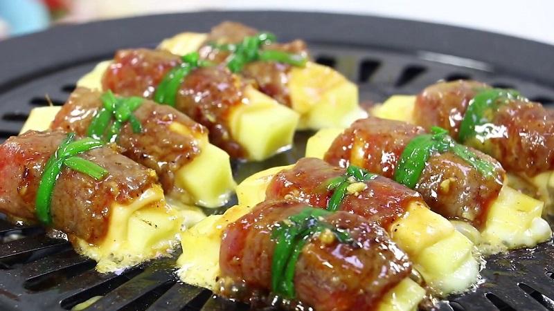 Bò cuộn phô mai tan chảy trên vỉ bếp nướng