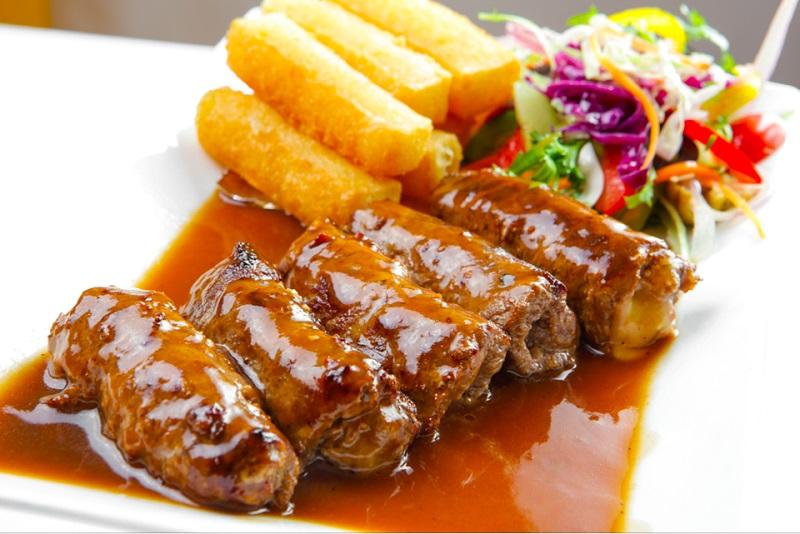 Thịt bò cuộn đẫm nước sốt, ăn kèm cùng khoai tây và salad