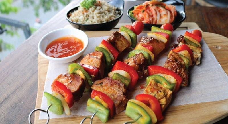 Những xiên thịt heo nướng rau củ ăn kèm tương ớt