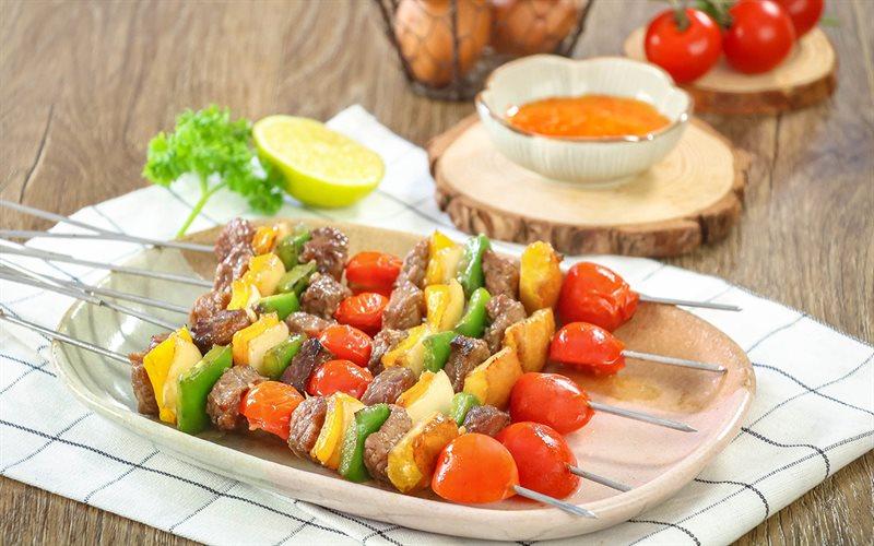 Những xiên thịt heo nướng cùng với cà chua bi, ớt xanh, ớt vàng..