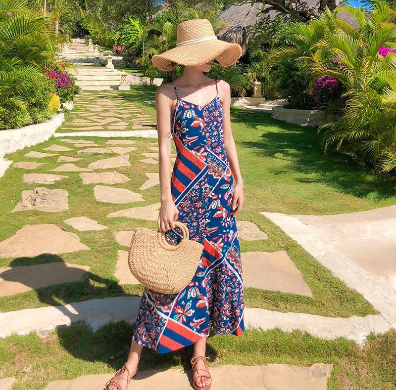Váy 2 dây đi biển họa tiết và mũ cói đi biển