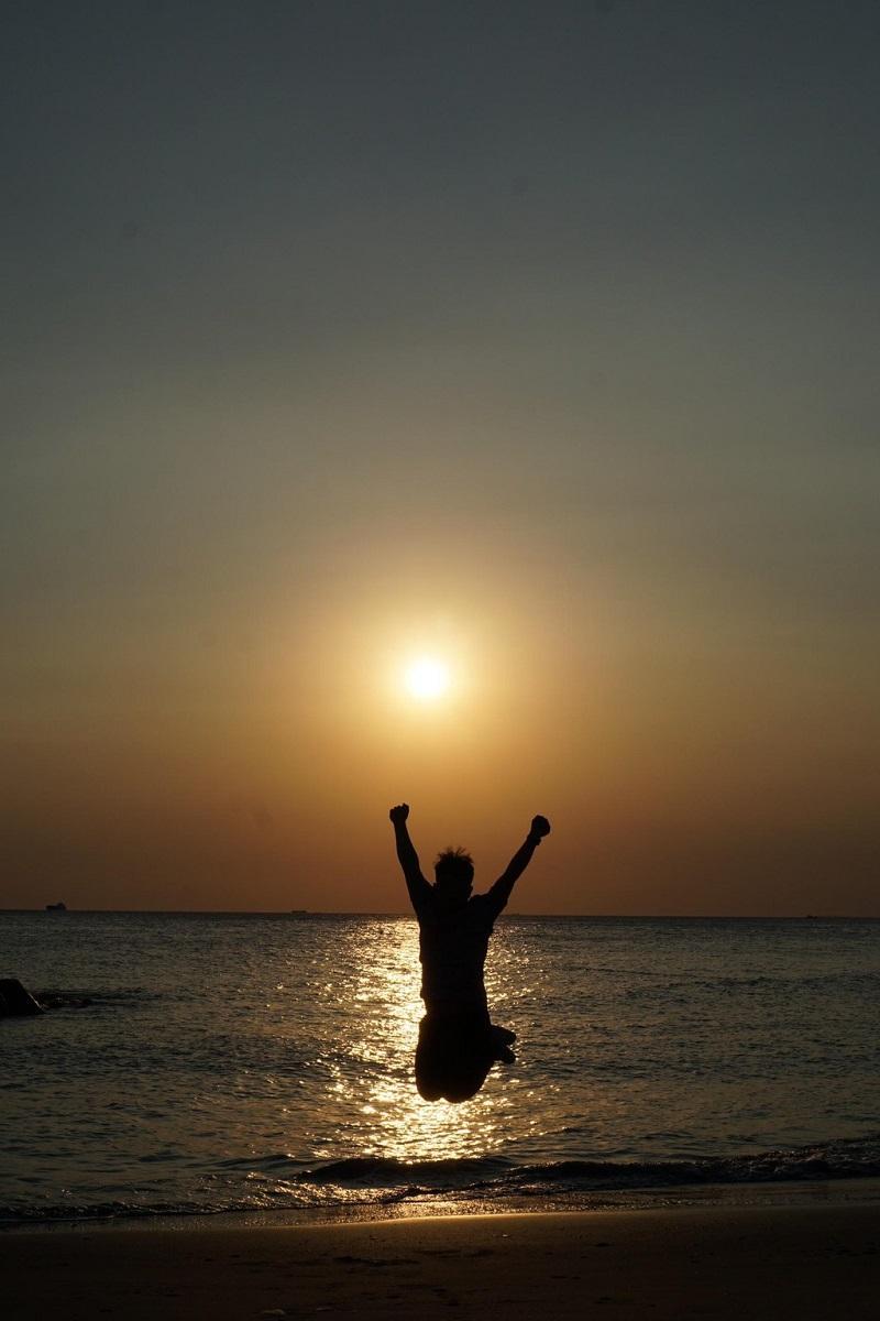 Tạo dáng hoàng hôn ngược sáng trên bờ biển