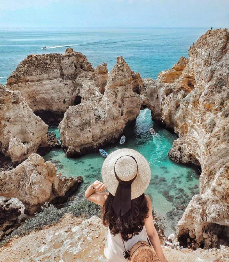 Cảnh biên trong xanh và những rặng đá hướng về phía mặt biển