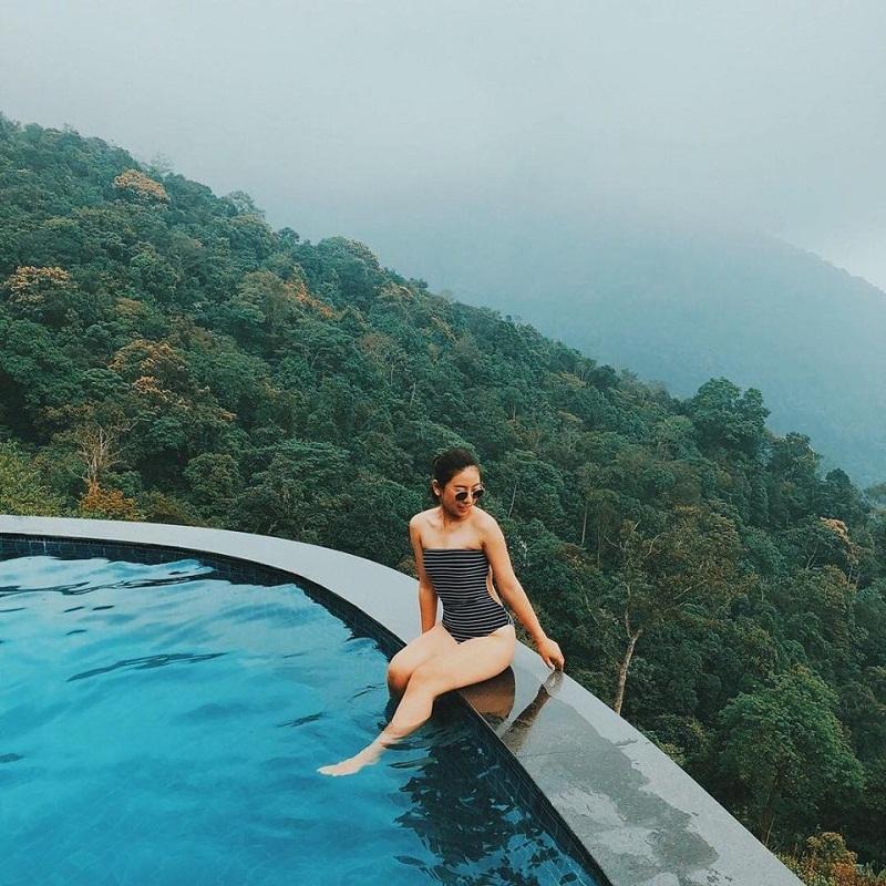 Cô gái ngồi trên thành bể bơi vô cực Tam Đảo Belvedere hotel