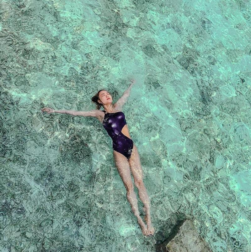 Cô gái đang bơi ngửa trên mặt nước