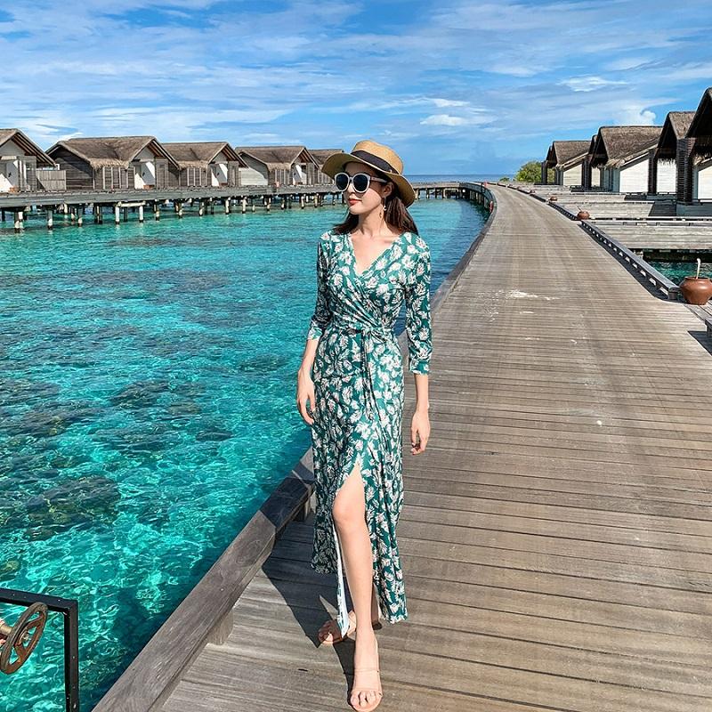 Váy quấn eo maxi hoa thích hợp mặc đi dạo biển