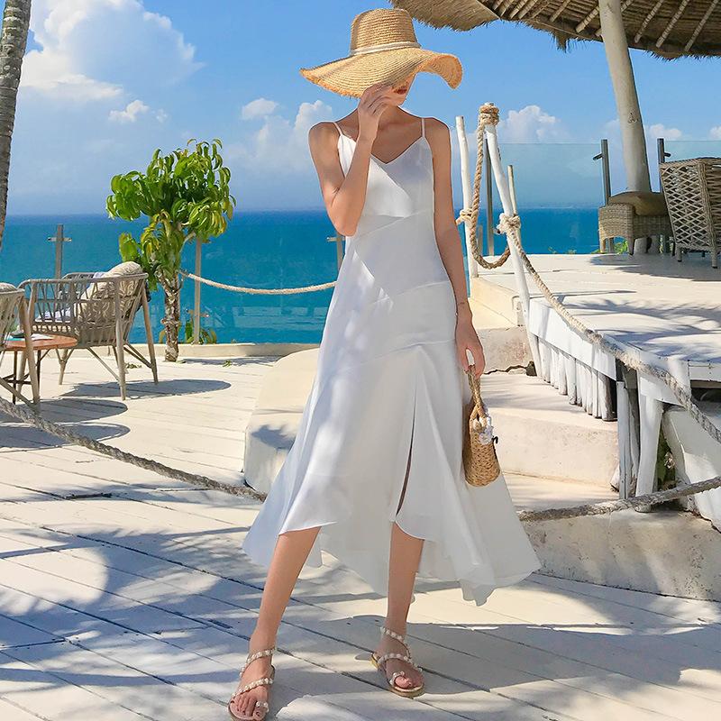 Đầm maxi trắng nổi bật khi đi du lịch biển