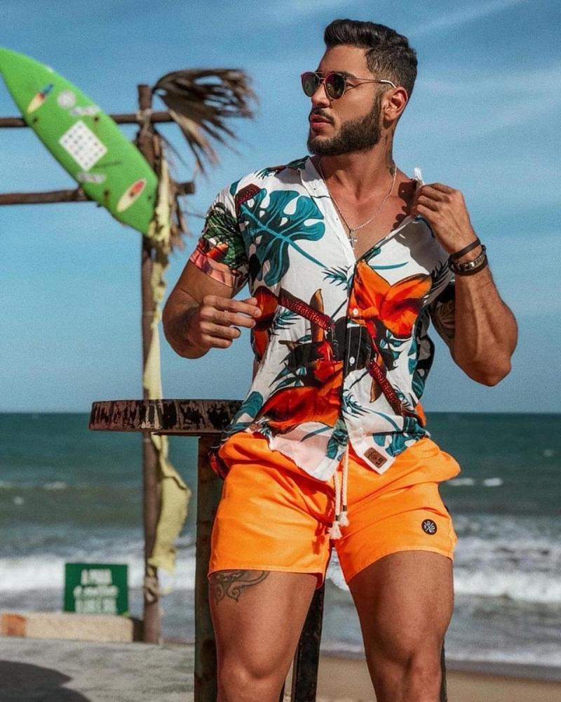 Áo sơ mi họa tiết hoa và quần đùi đi biển mang đến vẻ ngoài nam tính