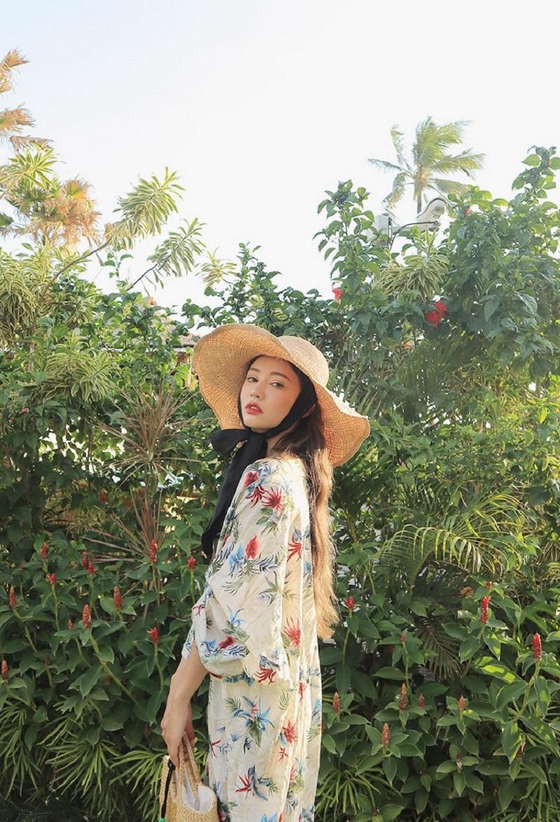 Cô nàng Park Sora diện mũ rộng vành buộc dây và kimono hoa