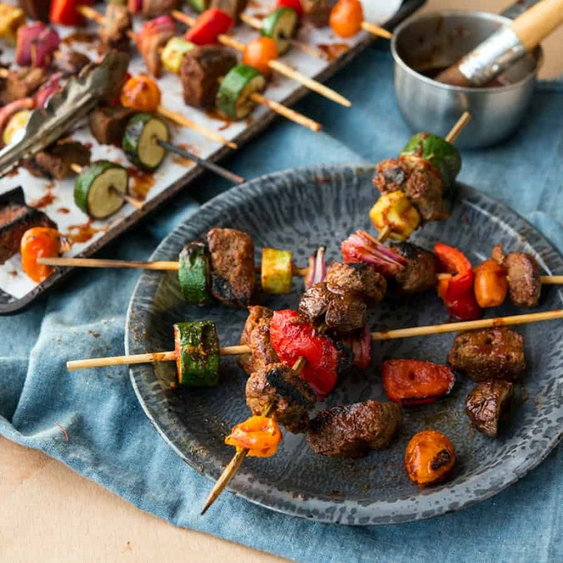 Xiên thịt bò nướng hấp dẫn cùng rau củ