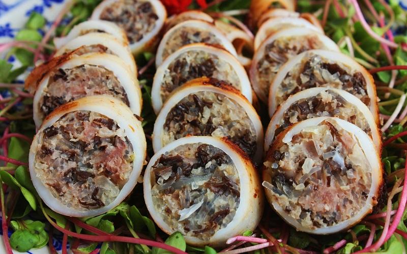 Mực ống nhồi nhân thịt, nấm, mộc nhĩ hấp dẫn ăn kèm rau
