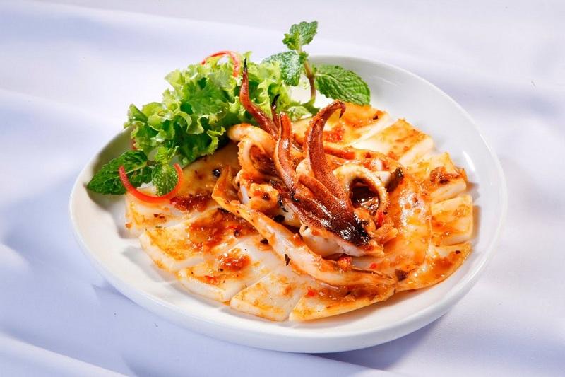 Đĩa mực nướng được tẩm ướp gia vị hấp dẫn cùng rau xanh
