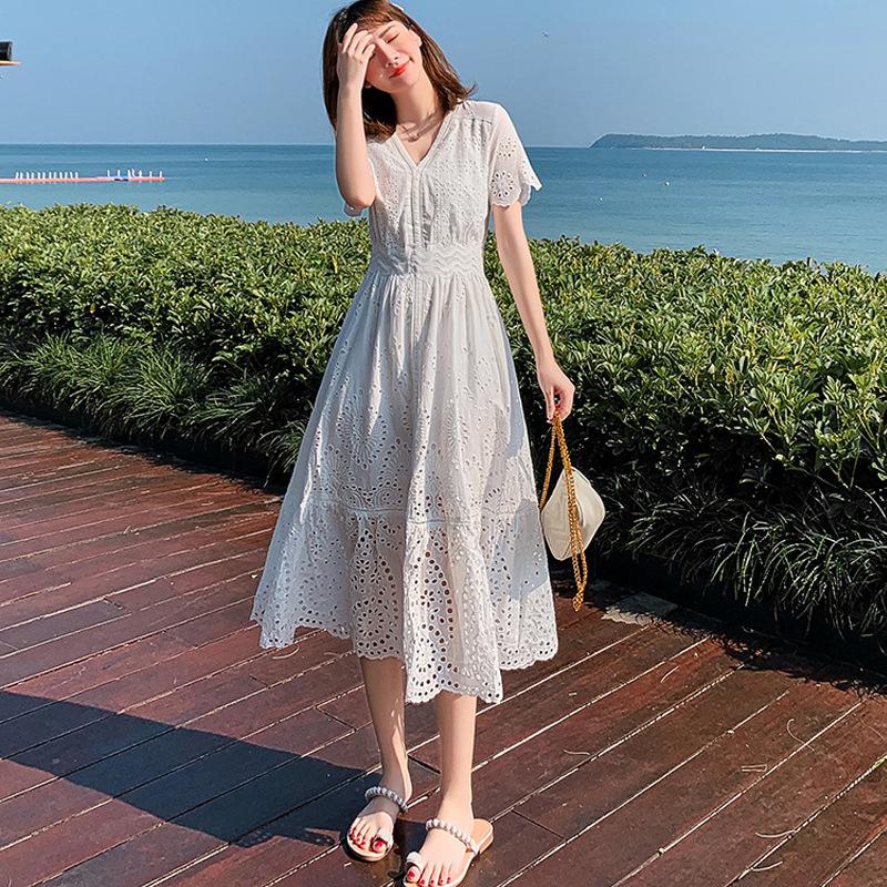 Váy ren đục lỗ đi biển